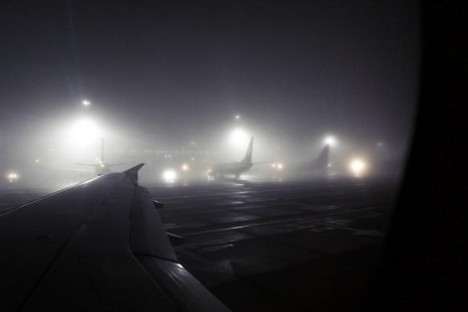 STN - Dichter Nebel, Abends am Flughafen London Stansted