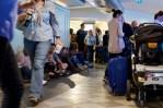 """Wartende Reisende am """"Galilei International Airport"""" in Pisa"""