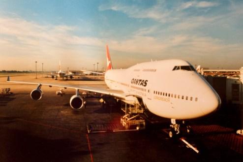 BKK - Unser riesiger Jumbo nach der Landung auf dem damaligen Flughafen von Bangkok, Don Mueang International Airport Bangkok am späten Nachmittag