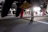 Wie es unterm Sitz im Flugzeug aussieht. Mit Schwimmweste und Schuhen