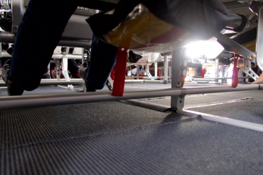 4U 0815 - wie es unterm Sitz im Flugzeug aussieht. Mit Schwimmweste und Schuhen