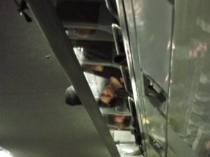 London - eine junge Frau spiegelt sich in den Gepäckablagen des Eurostar nach Brüssel