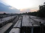 Abends am Bahnhof von Hyderabad, Indien