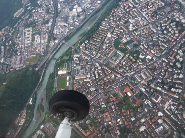 Blick aus einer Cessna auf Bozen