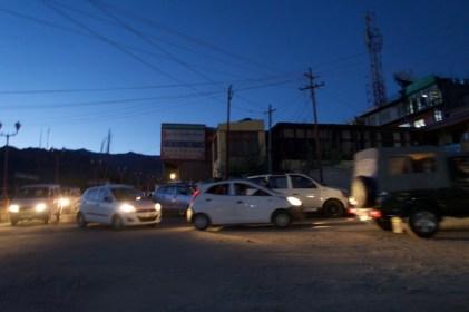 Leh, Ladakh - abendlicher Verkehr während der 'Blauen Stunde'