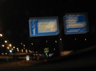 Nächtliche Autobahnschilder