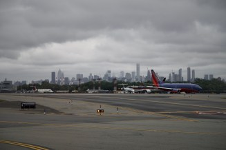 LGA - Blick auf die Skyline von New York am Flughafen La Guardia
