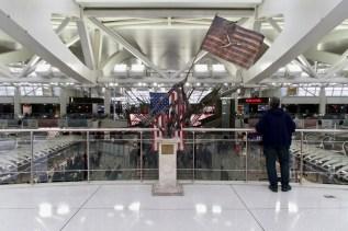 JFK - Wenn man am Flughafen ankommt, wird man mit vielen Amerikanischen Fähnchen begrüßt