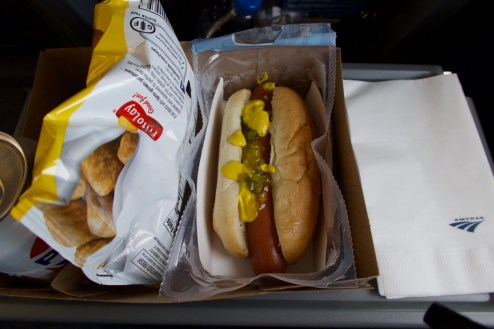 Hot Dog und Chips im 'Lincoln Service' von Chicago nach St. Louis