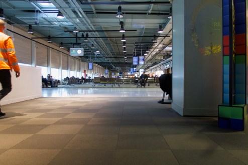 CDG - Terminal 2G. Die Tristesse pur. Beim Warten am Flughafen in Paris