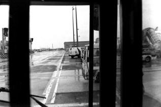 CDG - Aus dem Bus raus und rein in das Flugzeug. Umsteigen ende Februar in Paris im Regen.
