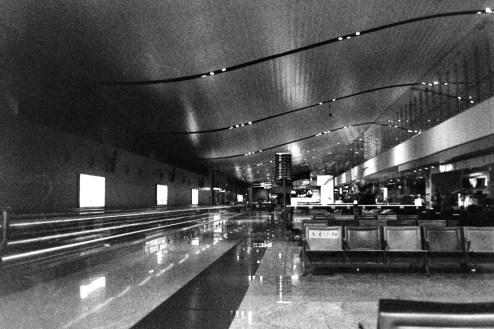 BLR - Warten nachts am Gate auf dem Kempegowda International Airport Bengaluru / Flughafen Bangalore in Indien