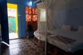 Palolem - nur ein paar Meter hinterm Strand war meine geräumige gelbe Strandhütte in Palolem, am Meer in Goa.
