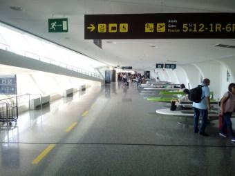 Ankunft und Übergang zwischen den Gates am Flughafen von Bilbao