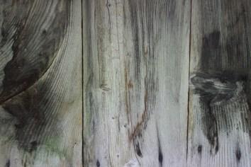 Eine alte, verwitterte Holzwand