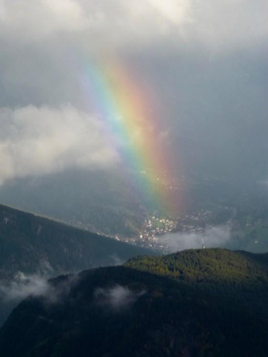 Regenbogen aus einem kleinen Flugzeug über den Dolomiten fotografiert