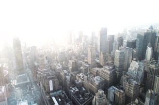 Völlig überbelichtet verschwinden die Grenzen der Stadt im gleißenden Weiß