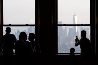 Silhouetten am Fenster in New York