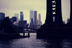 Die riesigen Pfeiler der Manhattan Bridge wirken mit Filter noch etwas bedrohlicher