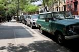 Orthodoxe Juden und ein altes Auto im südlichen Williamsburg