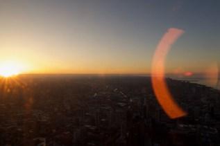 Spiel mit kleinen Schmutzpartikeln auf der Scheibe, wenn sich die Abendsonne bricht