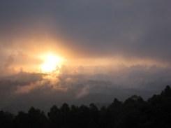 Abendsonne und Wolken in Kaffa, Äthiopien