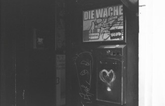 """Eingang zur Kneipe """"Die Wache"""", mit Bier entwickelt"""