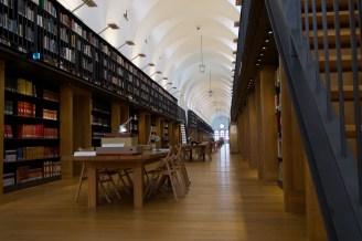 Moderne große Bibliothek in der Fondazione Giorgio Cini