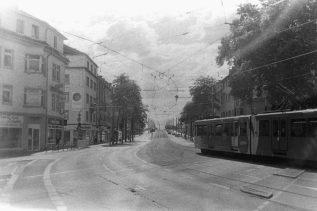 Straßenbahn vor der Rheinbrücke in Bonn Beuel
