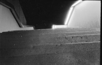 Treppe zum Stadthaus mit geometrischem Geländer und Beleuchtung