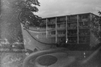 Gießkanne und Wohnhaus