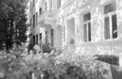Sonne und Schattenspiele auf feinen weißen Gründerzeitfassaden