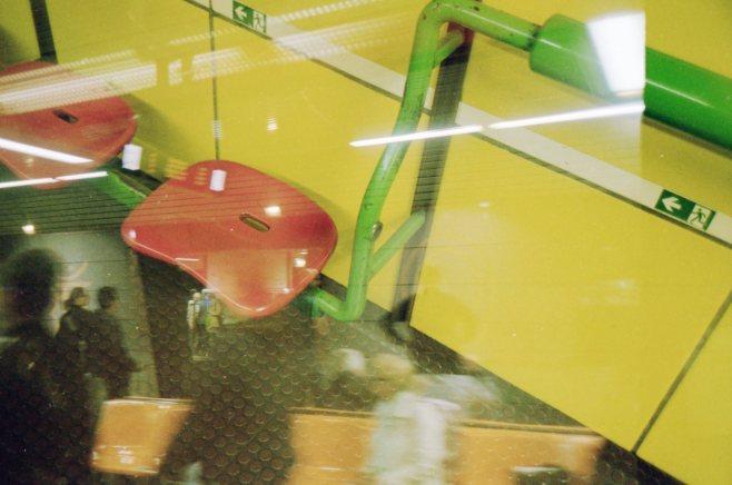 Doppelbelichtung U-Bahn Bonn - Warten und vorbeieilende Menschen