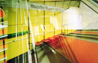 Doppelbelichtung U-Bahn Bonn - Rolltreppen, Gelb und Sitzplätze