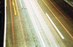 Langzeitbelichtung über der Stadtautobahn bei Nacht