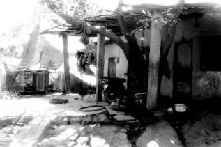Anegundi in der Mittagspause. Ein kleines Haus an der Dorfstraße