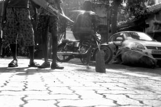 Junge Cricketspieler am Straßenrand in Khotatchiwadi / Mumbai