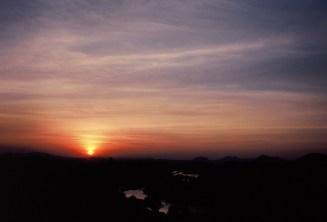 Letzte Strahlen Sonnenuntergang über Hampi mit Wolken (etwas unterbelichtet)