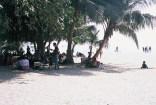 Menschen im Schatten, Schutz vor der Mittagssonne am Chowpatty Beach