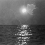 Nass gespritzte Kamera bei einer Fahrt auf dem Meer 1