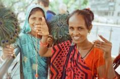 Rot-Türkise Verkäuferinnen -Portrait in Mumbai