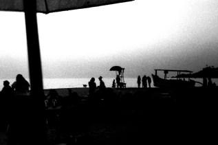 Silhouetten am Strand von Patnem im Abendlicht