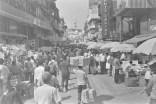 Belebte große Straße im Bazaar District in Mumbai