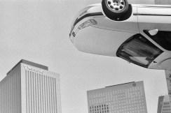 Ein Peugeot zwischen den Bürohäusern