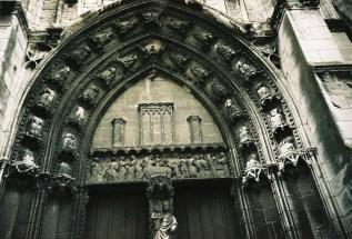 Kirchenportal ohne Köpfe