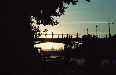 Silhouetten in der Abendsonne auf der Pont des Arts