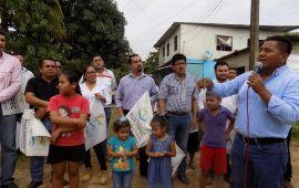 Habitantes del Sector 5 de Tuxtepec reciben beneficios de su Alcalde