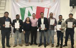 "Rafael Alarcón entrega nombramientos a jóvenes integrantes del Comité Distrital de ""Actitud Joven"" en Tuxpan."