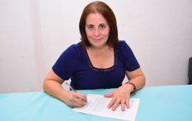 Firma July Sheridan compromisos del Pacto por la Primera Infancia