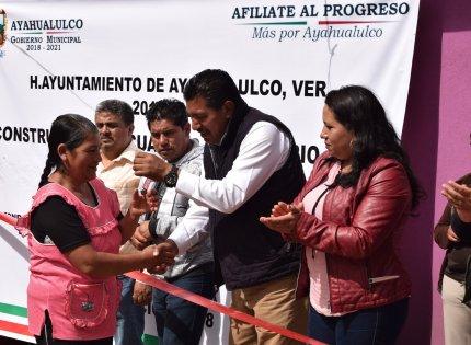 Entrega Filiberto Morales Rosas 21 cuartos dormitorios en la comunidad Calzontepec municipio de Ayahualulco